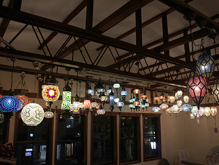モザイクランプが吊られたガラタバザール店内