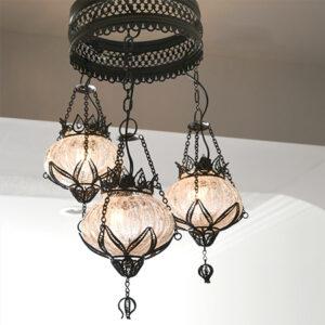 ひび割れ加工したガラスを、「テルキャリ」という金属細工でつるしたランプ